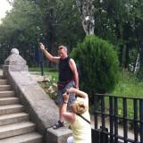 "Храм-паметник ""Рождество Христово"" край град Шипка - някакви туристи :)"