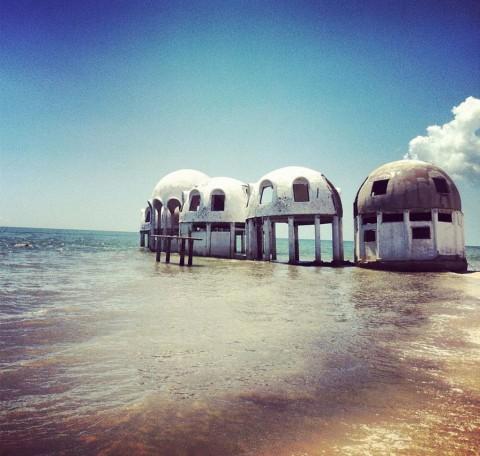 Необитаем остров в Югозападна Флорида, САЩ Тези малки куполообразни структури са били построени през 1981 г. на Капе Романо на крайбрежието на Флорида. Те били лятната резиденция на Боб Лее, петролен магнат, преди да ги изостави поради нефункционалност. Каква ще е съдбата им, не е ясно.