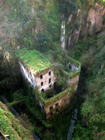 Изоставена Мелница, Италия Тази мелница в Долината на Мелниците в Соренто, Италия е изоставена през 1866 г. Била е изоставена заради повишилата се влажност.