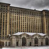 Мичиганскa централенa гара в Детройт, САЩ Мичиганската централна гара била построена през 1913 г. в Детройт, за да бъде създаден нов обществен транспортен възел. Няколко пропуска и грешки в изграждането й довели до затварянето й през 1988 г. Съдбата й още не е решена, но често се появява във филми и клипове като 8-та Миля с Еминем.