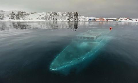 Потънала яхта, Антарктика Този зловещ призрачен кораб е Мар Сем Фим, бразилска яхта, която корабокрушира близо до Ардли Коув в Антарктика. Бразилски екип го е бил наел, за да снима документален филм, но силните ветрове и бури принудили екипа да го изостави.
