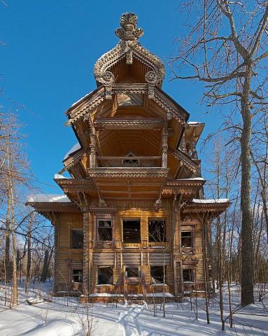 Изоставени дървени къщи, Русия Тези красиви и сложно украсени сгради се намират в дълбините на руските гори и изолацията им ги е запазила почти непокътнати.