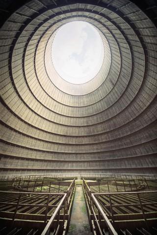 Охладителна кула в старата електроцентрала в Монсо, Белгия Това са части от охладителна кула в старата електроцентрала в Монсо, Белгия. По тръбата наподобяваща тромпет е текла гореща вода, която след това се е охлаждала докато се е стичала по хиляди малки бетонни корита.