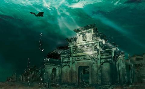 Подводен Град в Ши Ченг, Китай Този невероятн подводен град е на 1341 години. Лъвският град се намира в Жежианг, провинция на Китай. Потопен през 1959 г. по време на строителството на ВЕЦ край реката Хина. Водата предпазва града от ветрове и ерозия. Той се е запазил почти непокътнат.