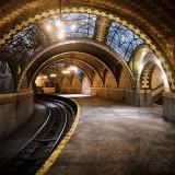 Изоставена спирка на метрото, Ню Йорк, САЩ Тази красива метро станция се намира под кметството на Ню Йорк. Заради локацията си е отделено много внимание на дизайна й, но близките станции до нея са подсигурили тя да не получава достатъчно трафик и извитото й оформление не позволявало на по-новите и дълги влакове да се движат безопасно през нея. Станцията затваря врати през 1945 г. и поради мерки за сигурност остава затворена с изключение на някои ексклузивни турове.