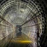 Изоставен тунел на метрото в Киев, Украйна Тази снимка на изоставена метро станция е заснета в метро системата под Киев, Украйна. Много от тунелите са частично наводнени и сталактити висят от таваните.