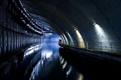 Изоставена база за подводници в Балаклава, Украйна Това пристанище за подводници в Украйна не е напълно изоставено, но свръхсекретната сграда близо до Балаклава все още е впечатляваща, нищо че отдавна не функционира. До нейното извеждане от експлатация през 1993 г. тази сграда е била една от най-тайните сгради на Съветския съюз и се твърди, че може да издържи на пряк ядрен удар поради подземното й строителство. Днес е начионален музей.