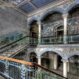 Изоставени Военна болница в Белитц, Германия Тези зловещи снимки са от болницата в Белитц, Германия. Построена през 1800 г., болницата приютила Адолф Хитлер докато заздравее счупеният му крак от битката в Сомс през 1916г. някои части на комплекса все още функционират, но по-голямата част е била изоставена през 1995 г.
