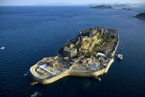 Острова Хашима, Япония Острова Хашима е бил обитаван от 1800 до 1900 година тъй като е предоставял достъп до подводни мини за въглища. Само, че Япония преминава от употребата на въглища към употревата на петрол и мините (както и всички постройки около тях) биват изоставени, заприличвайки на изолиран призрачен град.