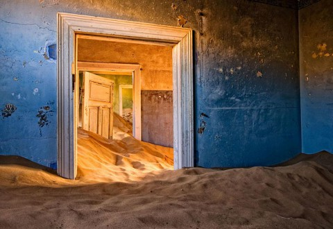 Колманскоп, Намибия Колманскоп е било малко селище в Намибия, което преживява бум през 1900-те, когато германски заселници разбират, че в района е богат на диаманти. Месността започнала да опустява, когато диамантите започнали да се изчерпват и до 1950 г. градът бил напълно изоставен. Сега е посещаван само от фотографи и туристи.