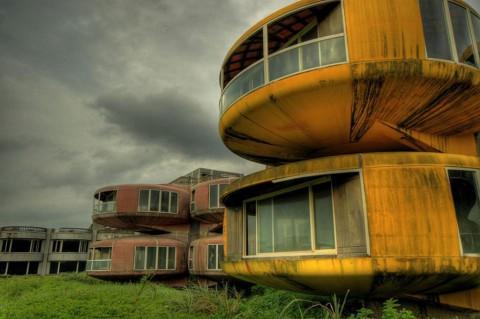 Сан Жи, Тайван Тези извънземни къщи са били предназначени за ваканционни дестинации, особено за американските военни офицери, завърнали си от позиции в Азия. Лоши инвестиции и множество пътни инциденти предизвикали затварянето им през 1980 г. малко след построяването им. За съжаление сградите били разрушени през 2010 г.