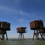 Морски укрепления Монсел, Англия Морските укрепления Монсел са били построени до реките Темза и Мърси във Великобритания, за да помагат при нападение от германците през Втората Световна война. След изваждане от експлатация през 1950 г. те са били обитавани от различни наематели, включително и едно пиратско радио.