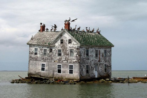 Последната къща на остров Холанд, САЩ Тази къща е била част от една успешна островна колония в залива Чесапийк, САЩ. Бързата ерозия обаче, кара жителите да разберат, че мястото за живот на острова отеснява. Тази къща е била единствената останала преди да се срути през 2010.