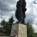 на фона на паметника на Васил Левски